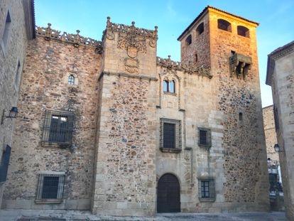 Facade of the palace of the Golfines de Abajo (Cáceres).