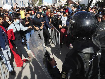Manifestantes, frente a los antidisturbios de Túnez, este martes, en el exterior del Parlamento.