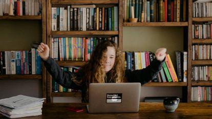 Una adolescente participa en actividades colaborativas por Internet.