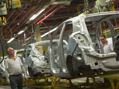 Trabajadores en la fábrica de General Motors en Figueruelas.