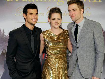 De izquierda a derecha: Taylor Lautner, Kristen Stewart, Robert Pattinson, en el estreno de 'Amanecer - Parte 2, en 2012.