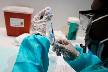 Un sanitario prepara una dosis de la vacuna contra la covid en Nueva York, este miércoles.