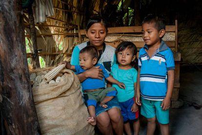 FOTOGALERÍA | Joana Hernández Ramírez está preocupada porque la tierra que cultiva el marido apenas ha dado un saco de maíz, alimento para 15 días.