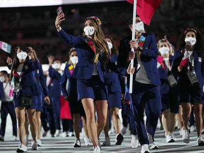 Los abanderados mexicanos Gaby López y Rommel Pacheco encabezaron la delegación mexicana en el desfile olímpico.