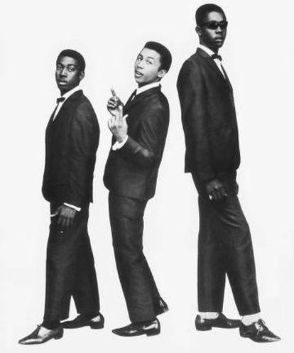 Bob Marley (en el centro) posa en 1964 junto a sus amigos de los Wailers, Bunny Wailer y Peter Tosh.