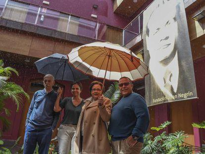 Bajo la lluvia, voluntarios honran la memoria de Negrín. Desde la izquierda, Francisco, Ángeles, Mili y Juan Miguel.