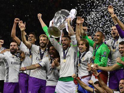 Sergio Ramos levanta la Copa de Europa tras ganar ante la Juventus.