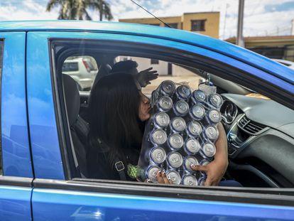 Una mujer besa un paquete de cervezas, en el Estado mexicano de Sonora.