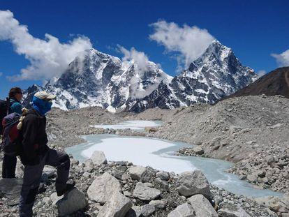 Dos montañeros en la cordillera del Himalaya.