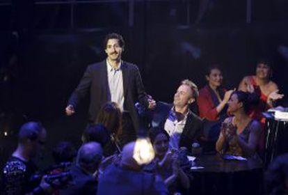 Juan Diego Botto sube a recoger el primero de sus premios. A su izquierda, Tristán Ulloa.