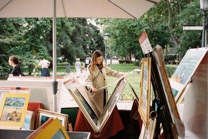 Valverde curiosea pinturas en un puesto de venta callejera junto al Museo del Prado.