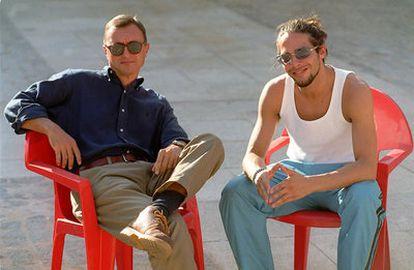 El bailarín Joaquín Cortés (dcha.) y el escritor Arturo Pérez Reverte en el rodaje de 'Gitano', en 2000