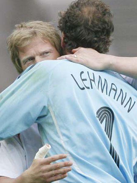 Oliver Kahn abraza a su compañero Jens Lehmann antes de iniciarse la tanda de penaltis.