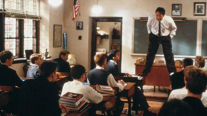 Robin Williams interpreta al profesor John Keating en 'El club de los poetas muertos', de Peter Weir (1989).