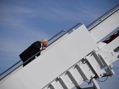 El presidente Joe Biden tropieza al abordar el Air Force One en Maryland.