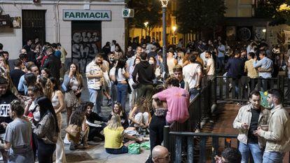 'Botellón' en la plaza del Rastrillo, en el barrio de Malasaña de Madrid sobre la 1 de la madrugada el pasado sábado 8 de mayo.