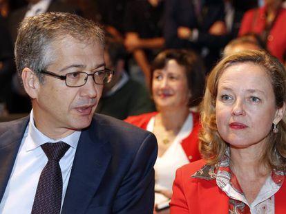El gobernador del Banco de España, Pablo Hernández de Cos, y la ministra de Asuntos Económicos, Nadia Calviño.