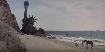 Cuando Charlton Heston escapa de los simios parlantes termina en una playa donde está la Estatua de la Libertad hundida. Esta imagen es historia del cine.