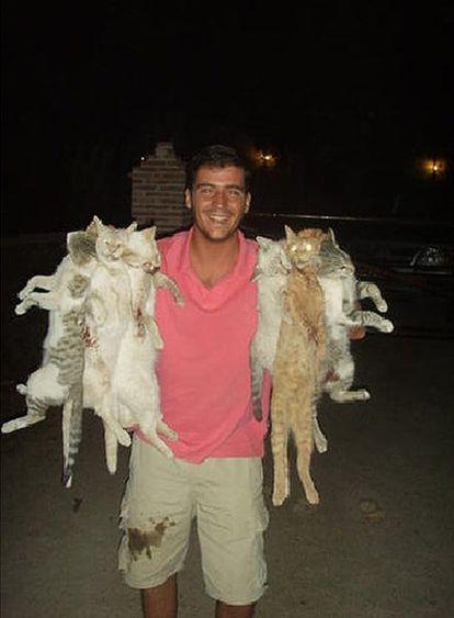 Jaime Ferrero, tras la cacería de gatos, en una foto que colgó en Internet.