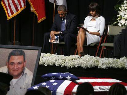 Barack Obama y Michelle Obama en funeral por las victimas de West.
