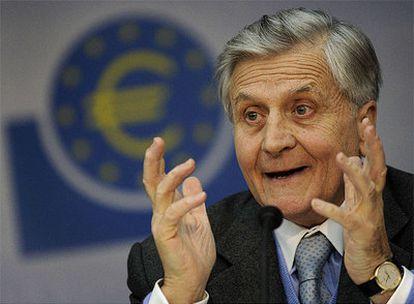 El presidente del Banco Central Europeo, Jean- Claude Trichet, durante su comparecencia mensual ante los medios, en la que ha comentado la nueva rebaja de tipos