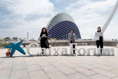 """Las artistas Anna Tallen (izquierda) e Inma Femenía flanquean a la directora general adjunta de la Fundación """"la Caixa"""", frente al Ágora, donde se construye el CaixaForum de Valencia."""
