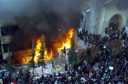 Manifestantes se agolpan frente a la legación danesa en Damasco para protestar contra las caricaturas