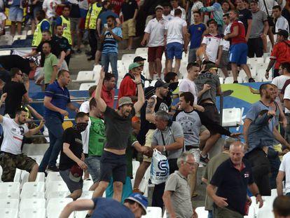 Seguidores rusos se enfrentan con aficionados ingleses en el Vélodrome.