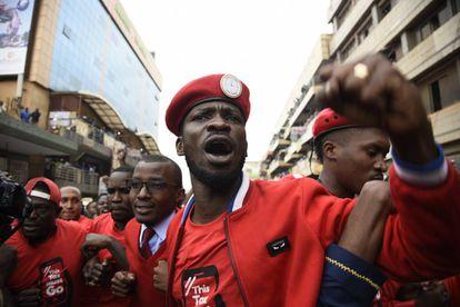 El músico y político ugandés Robert Kyagulanyi Ssentamu, conocido como Bobi Wine, en una manifestación el 11 de julio en Kampala contra la tasa para el uso de las redes sociales