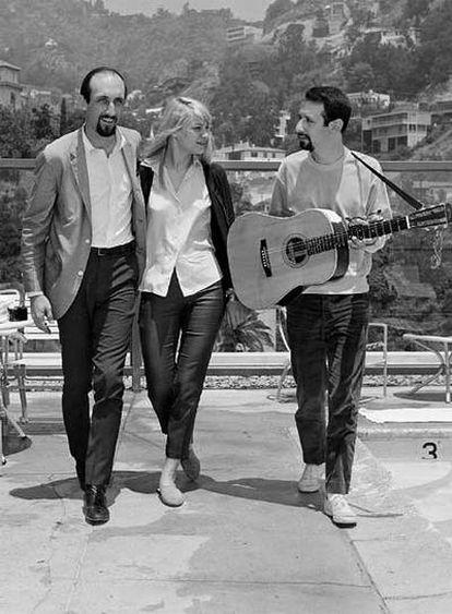 Foto de 1965 con Paul Stookey (izq.), Mary Travers (ctro.) y Peter Yarrow (dcha.) del trío Peter, Paul y Mary