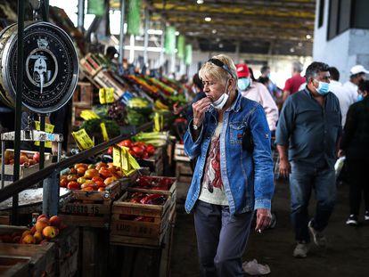 Un grupo de personas realiza compras en el Mercado Central de Buenos Aires, el pasado 12 de enero.