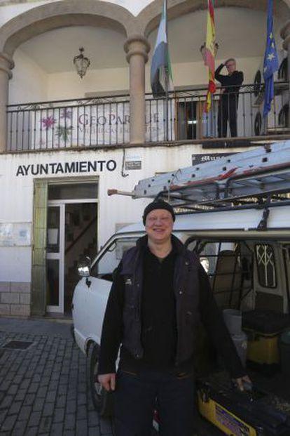 Germán Rodas, proveedor del Ayuntamiento. Asomado al balcón, el alcalde.