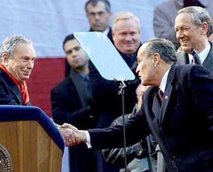 El alcalde de Nueva York, Michael Bloomberg (izquierda), saluda a Rudolph Giuliani, ayer en el Ayuntamiento.
