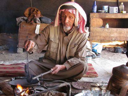 <p>Feynan Ecolodge abrió en 2005 en pleno desierto de Jordania con el objetivo de apoyar a las comunidades locales y la fauna de la Reserva de la Biosfera de Dana y permitiendo, además, que sus viajeros conocieran los estilos de vida y el legado de los beduinos. Todos los empleados del complejo proceden de tribus y pueblos de la zona. Muchos crecieron en tiendas de campaña, la mayoría no completaron los estudios y sólo un 5% había trabajado antes en el sector del turismo.</p> <p>El Lodge utiliza solamente energía no contaminante: para la iluminación se utilizan velas, la calefacción funciona con biomasa evitando así la quema de cuatro toneladas anuales de árboles. El agua se sirve en frascos reutilizables hechos por una cooperativa de mujeres que ahorra 15.000 botellas al año. El 80% de los productos utilizados en el albergue se compran en un radio de 60 kilómetros, mientras que el 55% del dinero pagado se queda en la zona. De él se beneficiaron 450 personas en 2014.</p> <p>Todo esto se ha logrado pese a tener en contra las arduas condiciones de vida del desierto y también los actuales disturbios que afectan a sus vecinos en el Oriente Medio (Jordania comparte fronteras con Irak, Siria, Israel y Arabia Saudita). Como resultado de sus esfuerzos, el negocio de Feynan ha crecido un 28% desde 2012 a pesar de que el sector del turismo en el país ha caído.&lt;/p&gt;</p>