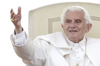 Benedicto XVI saluda en la plaza de San Pedro.
