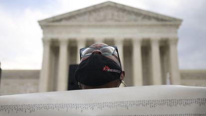 Una manifestante contraria al aborto frente a la Corte Suprema de EE UU, en Washington.