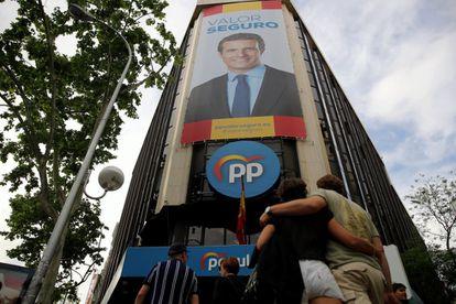 Cartel de Pablo Casado en la sede de la calle de Génova, el día después del batacazo del PP en las elecciones del 28-A, en 2019.