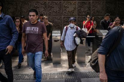 Una persona mayor usa un tapabocas improvisado en la Ciudad de México.