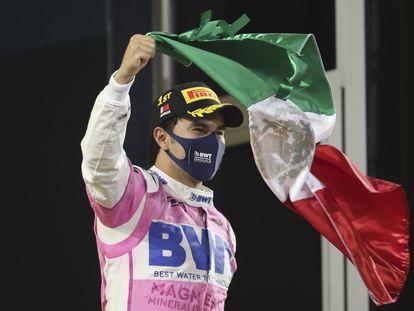 Sergio Pérez celebra su victoria en el Gran Premio de Sakhir con la bandera mexicana.