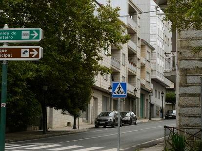 Calle de O Carballiño en la que se precipitó una niña desde un segundo, supuestamente tras recibir un golpe en la cabeza por parte de un niño.
