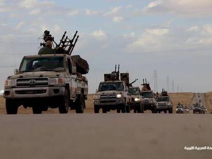Imagen tomada de la página de Facebook del Ejército Nacional Libio (LNA), en la que se ve a las fuerzas encabezadas por el mariscal de campo Jalifa Haftar avanzando hacia Trípoli.