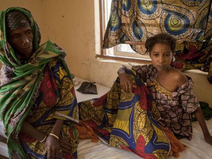 Una madre junto a su hija, recibiendo asistencia por quemaduras en un centro sanitario del Estado de Borno (Nigeria), tras los combates entre el Ejército y los islamistas de Boko Haram la pasada semana.