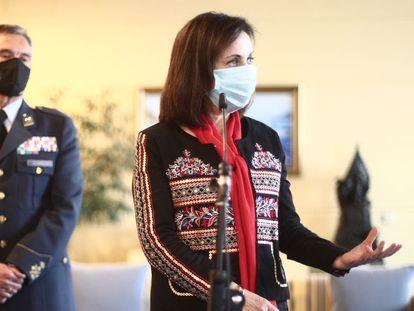 Margarita Robles ha pedido explicaciones al jefe de la cúpula militar por ser de los primeros en vacunarse.