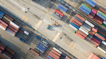 Contenedores, en el puerto Ningbó (China).