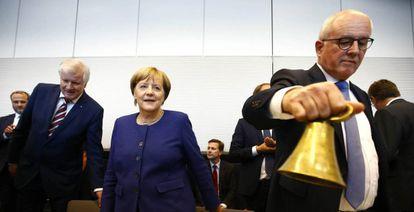 Desde la izquierda, el lider bávaro Horst Seehofer, la canciller Angela Merkel y Volker Kauder, jefe parlamentario de la CDU, el martes en Berlín.
