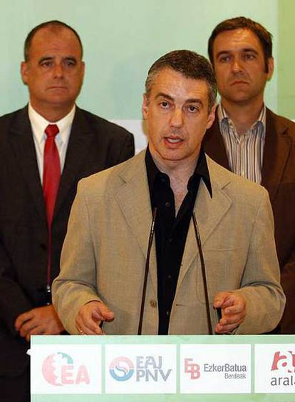Urkullu, delante de Joseba Egibar (izquierda) y Unai Ziarreta.