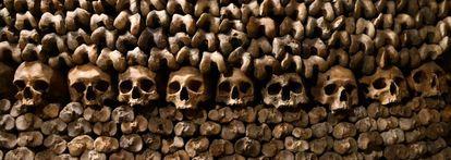 Los huesos de seis millones de personas se acumulan en el osario de las catacumbas ubicadas en el distrito XIV de París, en la orilla izquierda del Sena.