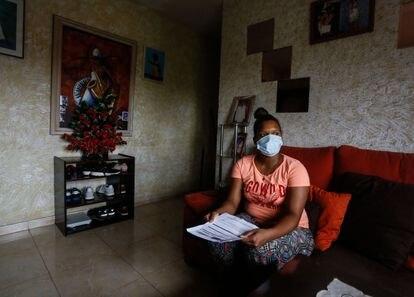 Katherin Sosa, de 26 años, una joven a la que le denegaron el ingreso mínimo vital, en el salón de su casa de Madrid.