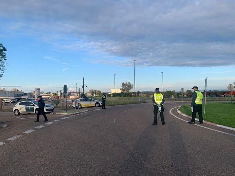 Agentes de la Guardia Civil en un control de carreteras en Extremadura el pasado día 14.