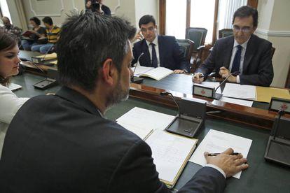 El presidente de la Comisión, Carlos Galiana, con el escrito enviado por Barberá.